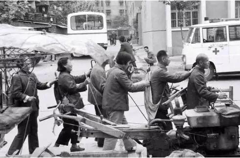1988年,湖北宜昌,盲人过街