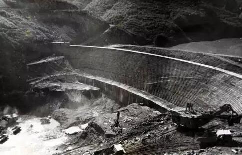 1988年,湖北清江隔河岩水利工程大坝。我第一张见报的新闻照片刊登在《中国日报》一版