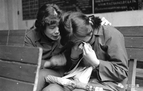 (《同志情》1982年3月3日,广州火车站。一年轻客运员工作出了差错,班后会后,她哭了,党支部委员蒋艳香跟她谈心)