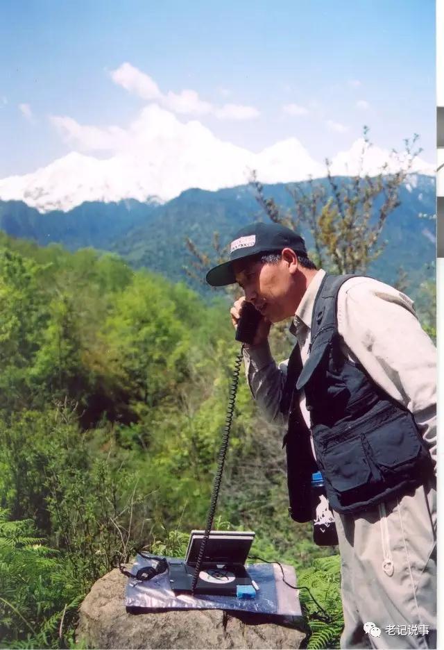 张继民在雅鲁藏布大峡谷标志点扎曲,通过卫星电话接受中央电视台采访