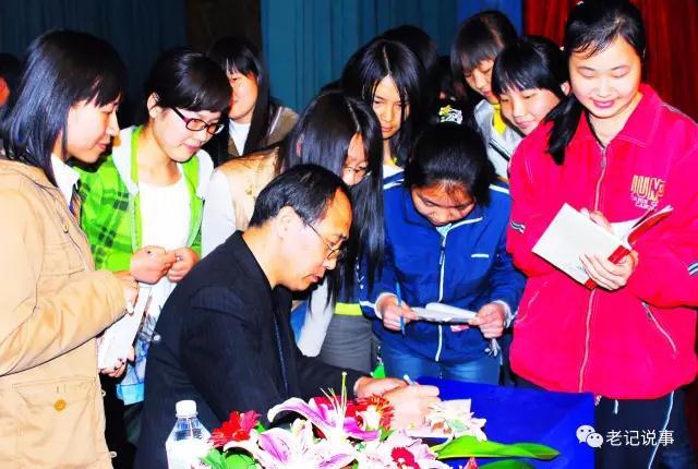 他在大学演讲后,应学生之请,为其签名