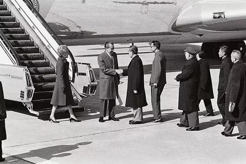 美国总统尼克松对中国进行了破冰之旅,周恩来总理等国家领导人到北京机场迎接