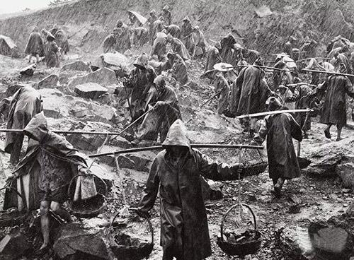 雨越大干劲越大—十三陵水库的劳动场景