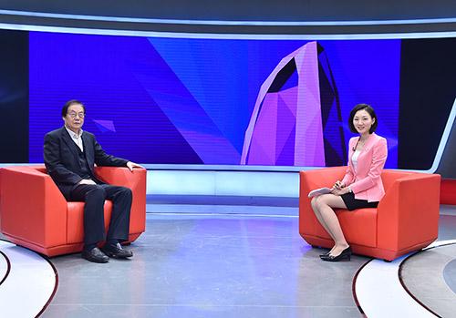 人民网原总裁、人民日报高级编辑何加正(左)