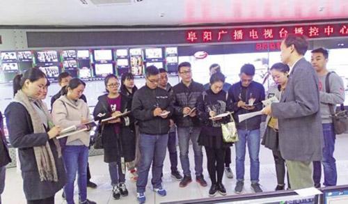 高思杰(右一)在安徽阜阳广播电视台播控中心宣讲十九大精神