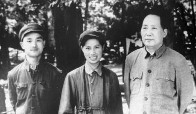 毛泽东与侯波、徐肖冰夫妇在北平香山双清别墅合影