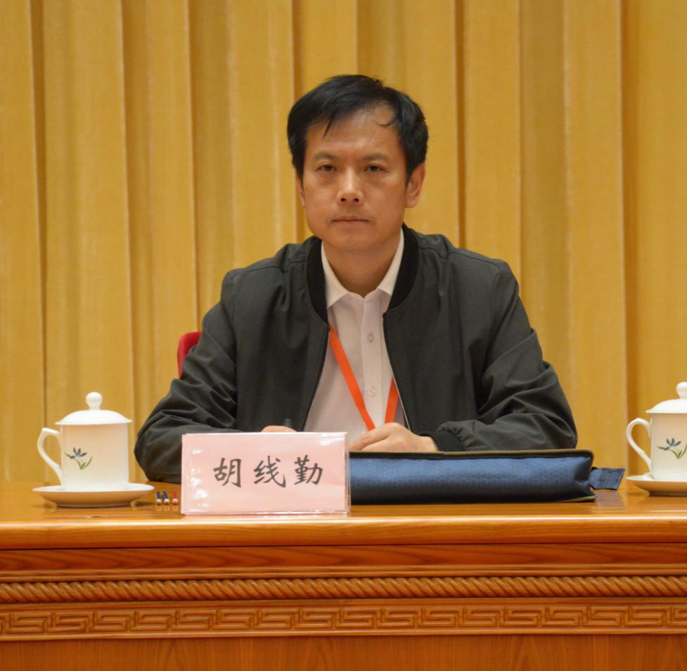 中国报业协会副秘书长、《中国报业》杂志社长兼总编辑胡线勤主持会议