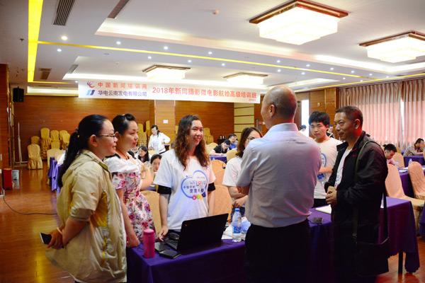 代表们学习积极性很高,课件围着马文晓老师请教相关航拍问题