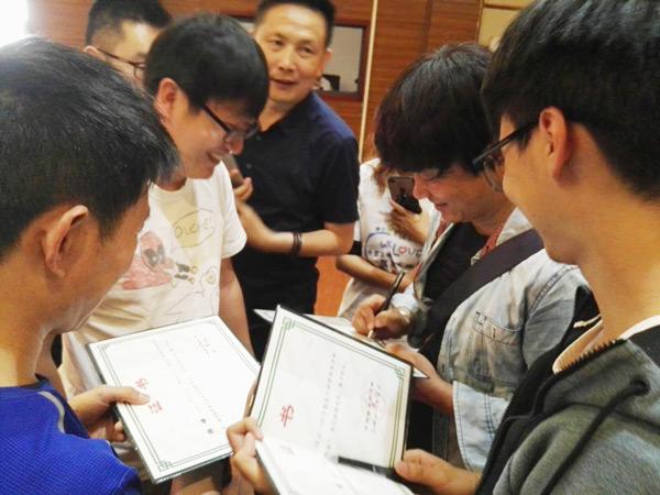 现场求签名的粉丝把王阳老师围了个水泄不通
