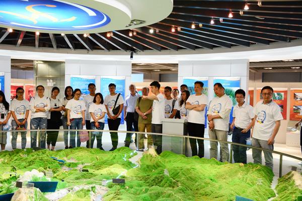 参观公司项目沙盘及企业文化展厅
