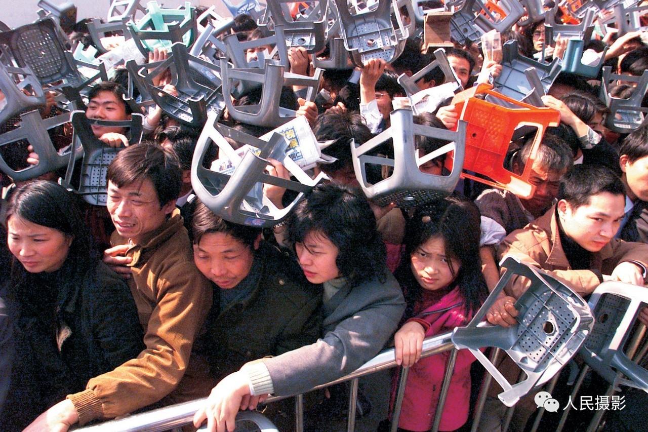 2003年1月,深圳高交会馆的春运火车票售票现场