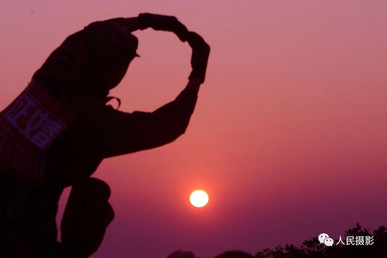 2014年1月1日清晨,梧桐山顶祈福。深圳人每年的第一天,天不亮就开始登梧桐山,在山顶迎接新年的第一缕阳光