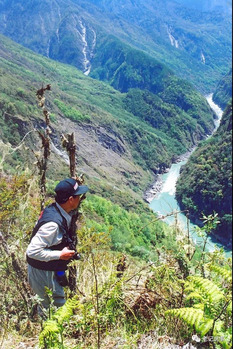 张继民在雅鲁藏布大峡谷临崖拍摄