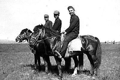 斯诺(右)在陕北采访途中