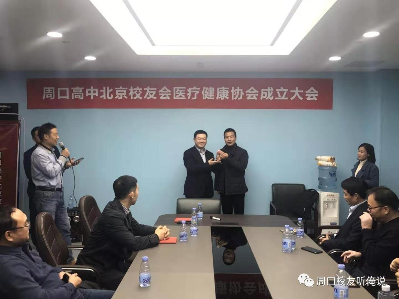 校友会副会长李昊为朱亮颁发名誉会长证书