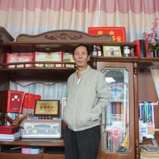 张引牛:迎国庆,七旬老人的巨幅剪纸